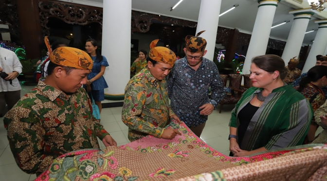 "Perpaduan Batik dan Sape Sono' Sukses Hipnotis ""Madura Eksotik Carnival 2018"""