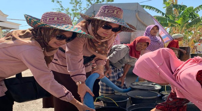 Dharma Wanita Persatuan Bantu Air Bersih Masyarakat Tlanakan